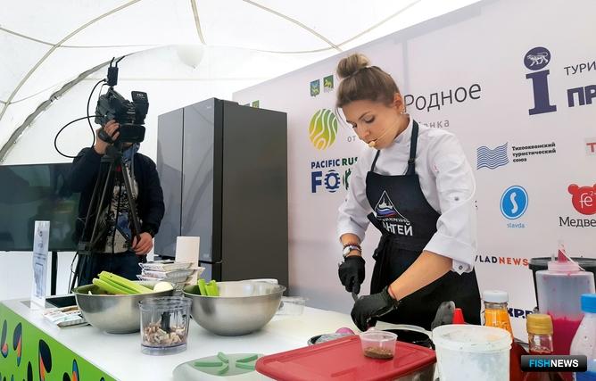 Шеф-повар Ирина РУДЕНКО представила участникам гастрономического праздника сразу три рецепта из иваси