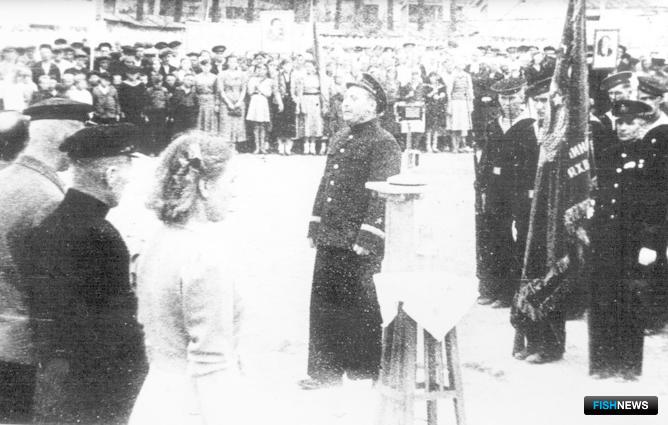 Вручение рыбакам Красного знамени. Фото из архива АО «Дальрыба»