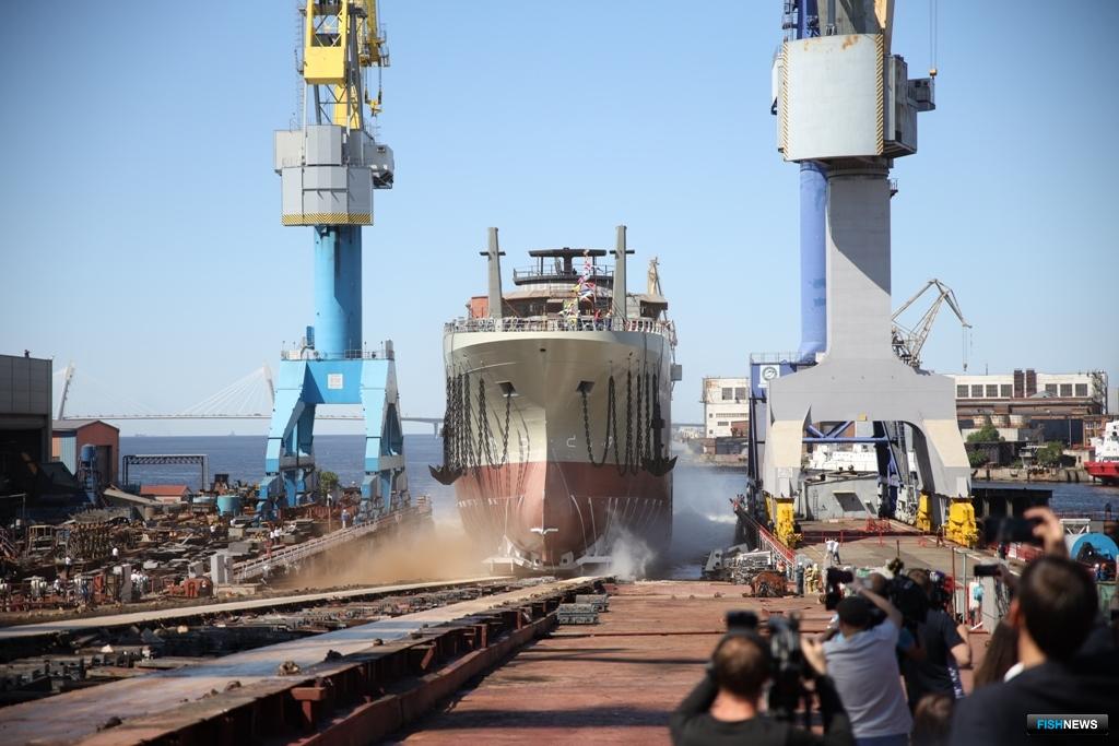 Спуск на воду 108-метрового траулера «Механик Маслак». Адмиралтейские верфи, июнь 2020 г.