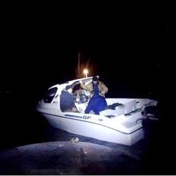 Троих рыбаков эвакуировали с моторной лодки. Фото пресс-службы Дальневосточного поисково-спасательного отряда МЧС России