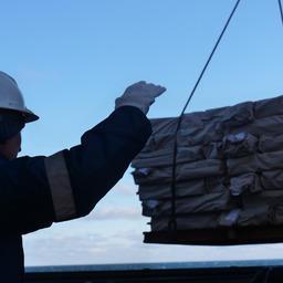 Перегрузка рыбной продукции. Фото пресс-службы «Океанрыбфлота»